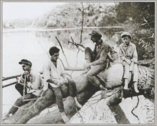 Даниил на Неруссе (третий слева), 1932.jpg