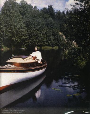 Л. Андреев на моторной лодке Савва 1910.jpg