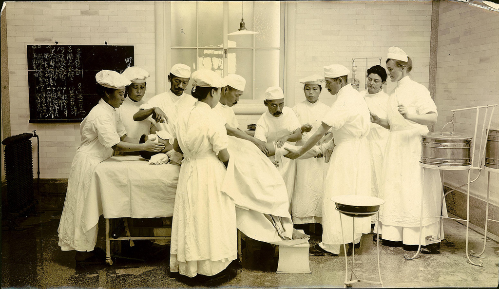 Операция в главном госпитале Хиросимы во время русско-японской войны.jpg