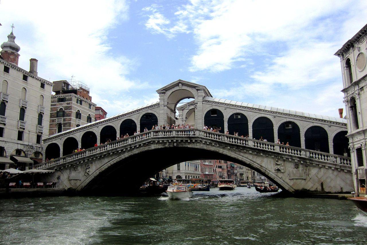венецDie_Rialtobrücke_verbindet_das_Sestiere_San_Marco_mit_San_Polo_-_panoramio.jpg