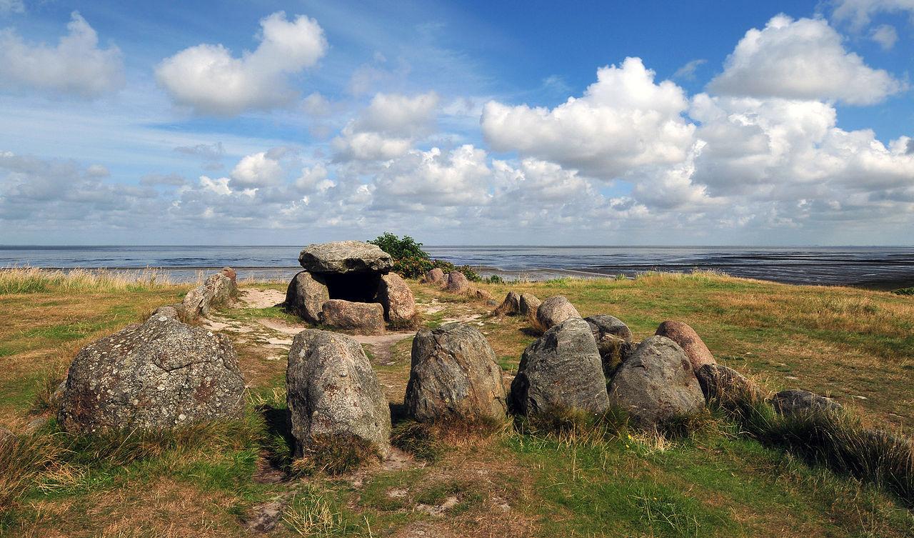 воронковидные 1280px-Megalithic_grave_Harhoog_in_Keitum,_Sylt,_Germany.jpg