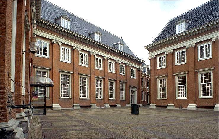 воспит домAmsterdam_Binnenplaats_meisjes.jpg