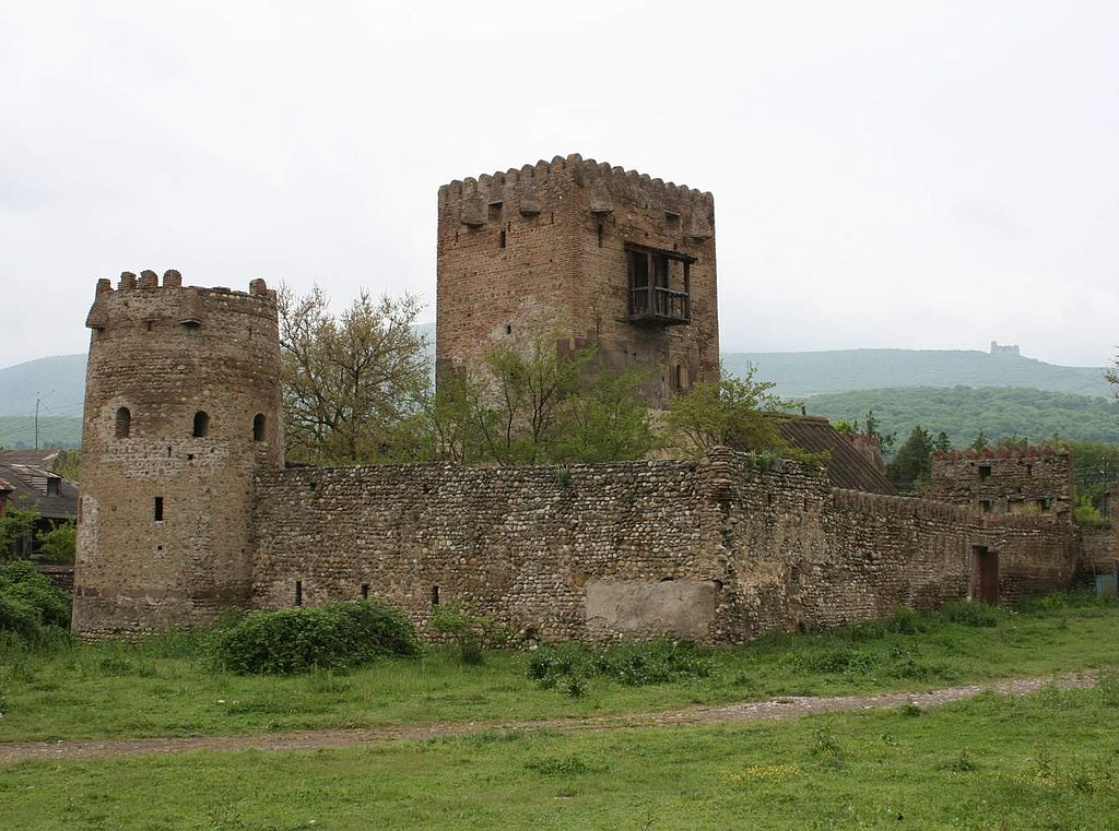 гр Amilakhvari_castle_in_Kvemo-Chala._Skhvilo_castle_in_the_backgro.jpg