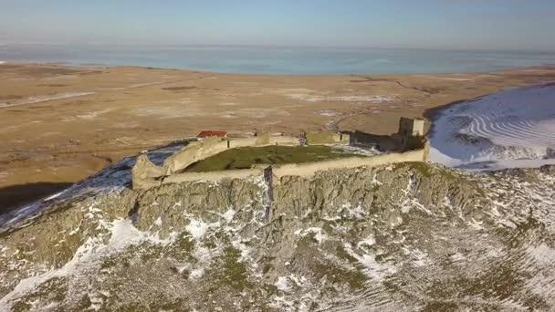 енисала depositphotos_181021392-stock-video-ruins-medieval-fortress-enisala-winter.jpg