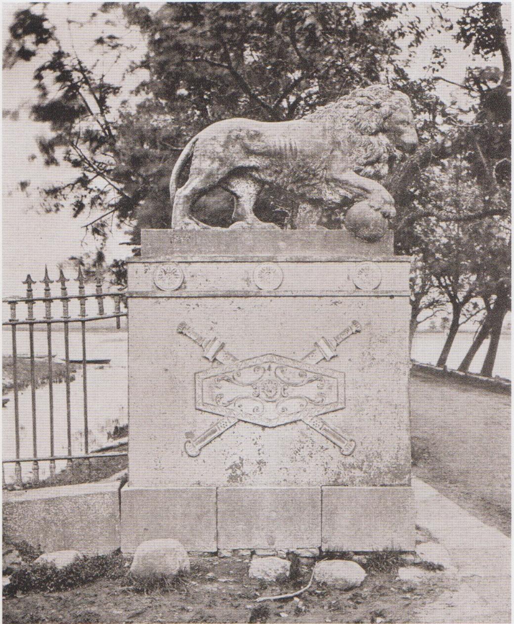 львы в Грузино дореволюц. снимок.jpg
