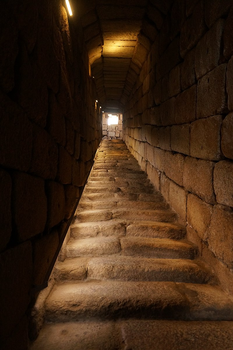 мерида 800px-Fortress_cistern_-_Sloping_passageway_from_the_ground_level_to_the_cistern.jpg