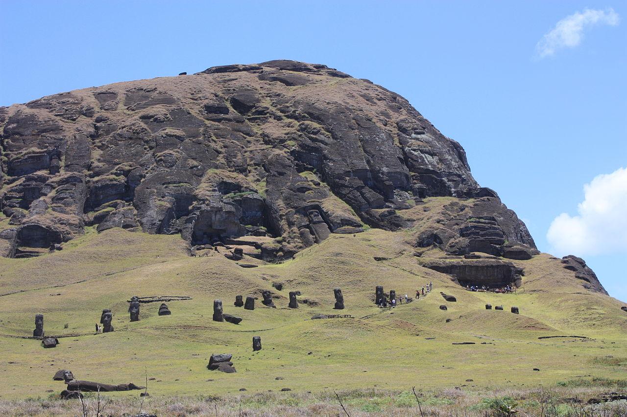 пасхи 1280px-Easter_Island,_Rano_Raraku,_moais_(6686043521).jpg