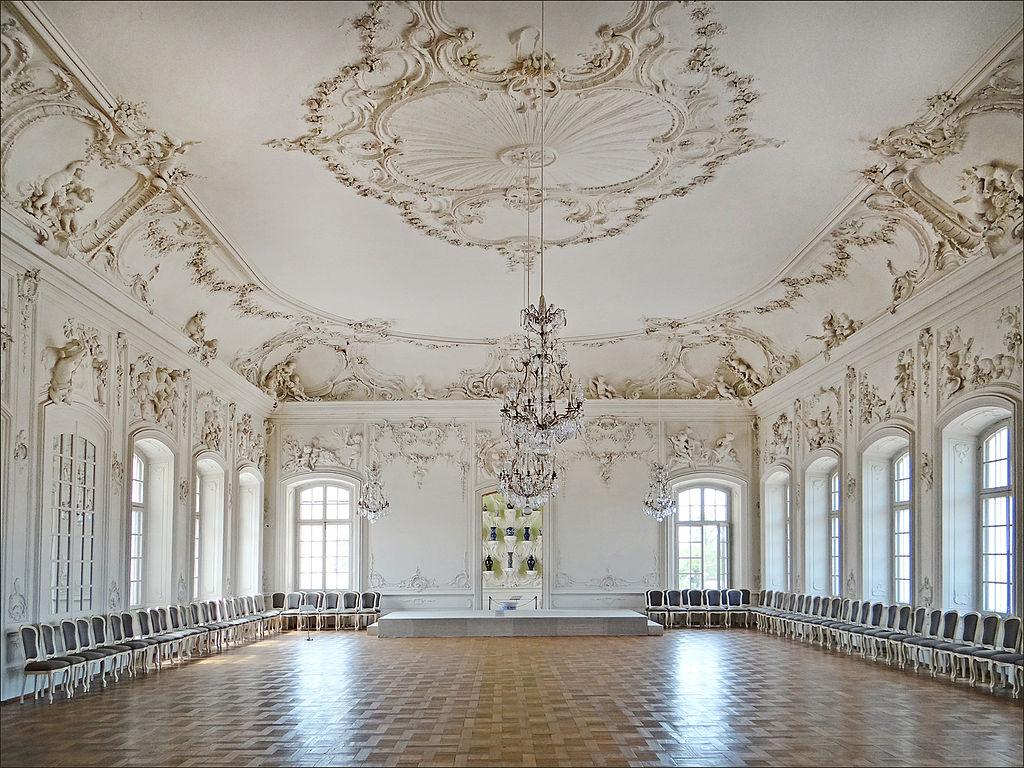 рундале1024px-La_salon_blanc_(Palais_de_Rundale)_(7656400814).jpg