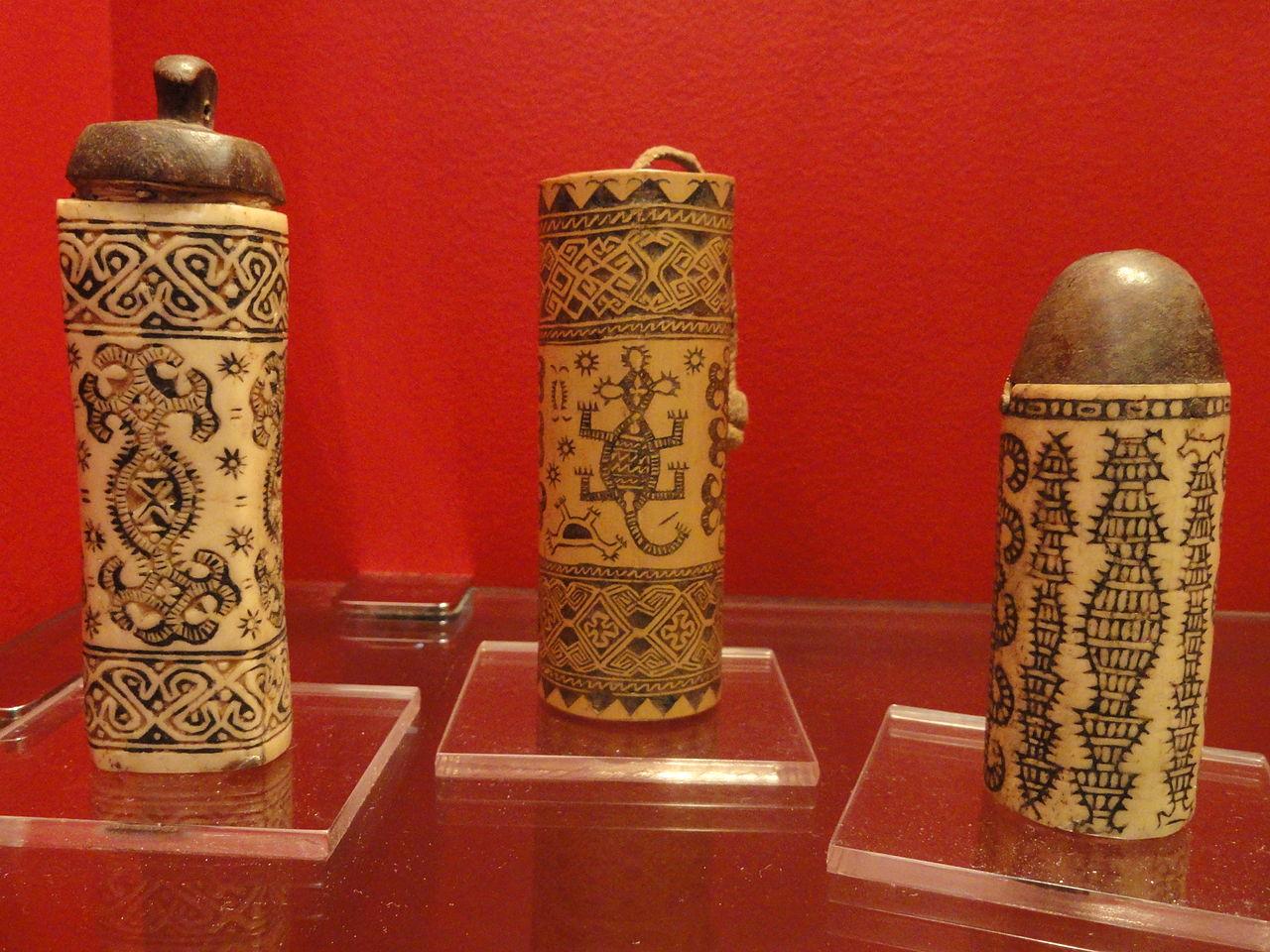 тимор-Betel_containers,_bone_and_bamboo,_Timor,_1925-1952_-_Staatlichen_M.JPG