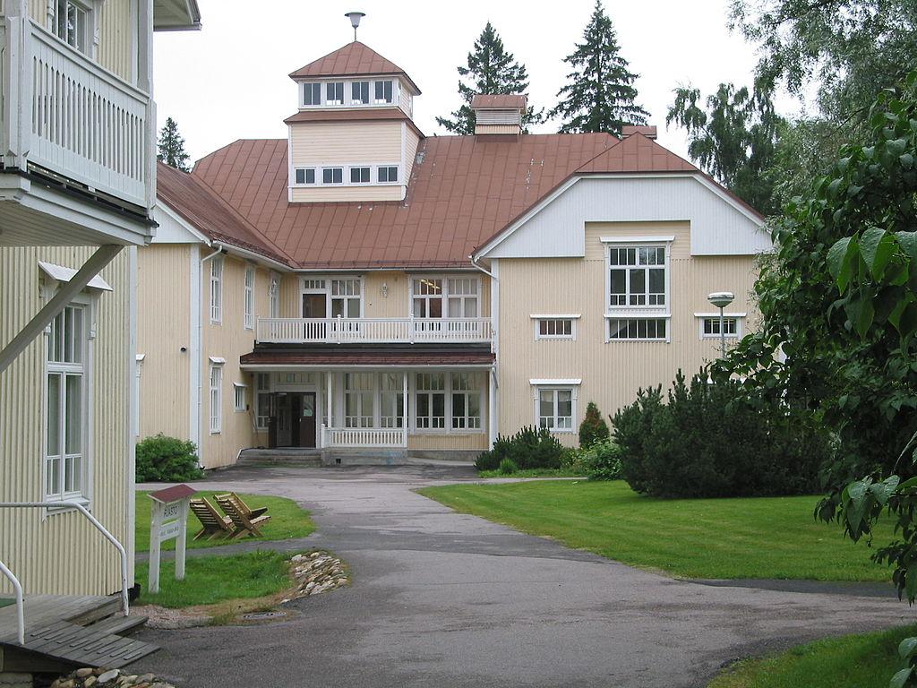 фин1024px-Raudaskylän_Kristillisen_Opiston_pihalta.jpg