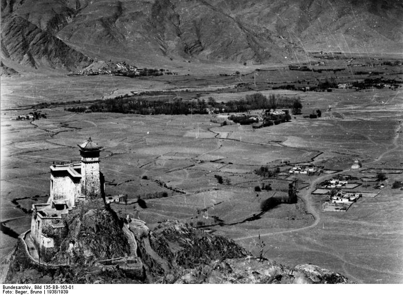 юмбулаганг Bundesarchiv_Bild_135-BB-163-01,_Tibetexpedition,_Blick_auf_Hampulakang.jpg
