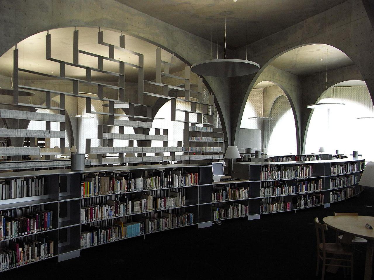 多摩美術大学図書館_-_flickr_2677847982_9c9dcde85b_o.jpg