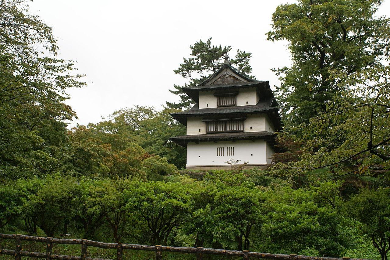 弘前城_1280px-Hirosaki-jo_003.jpg