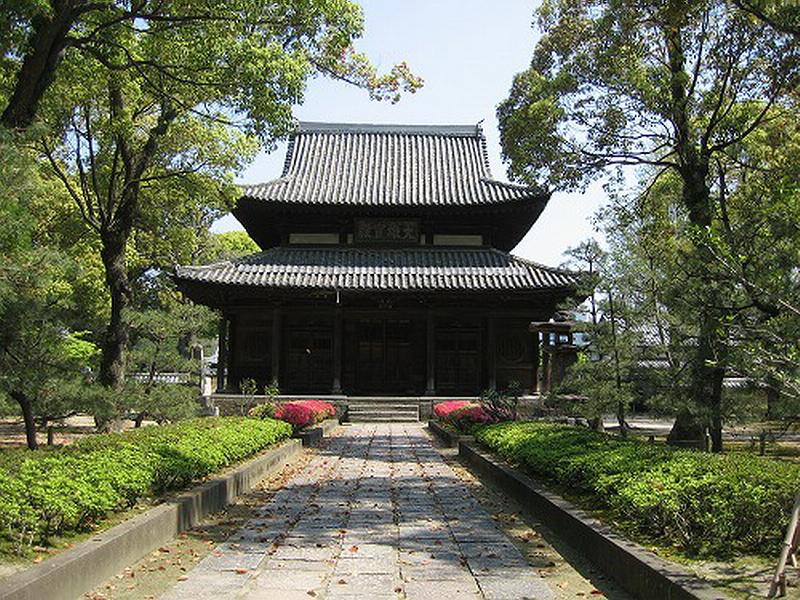 10.Сёфуку-дзи.Дорожка от ворот саммон к храму Буцу-дэн.jpg