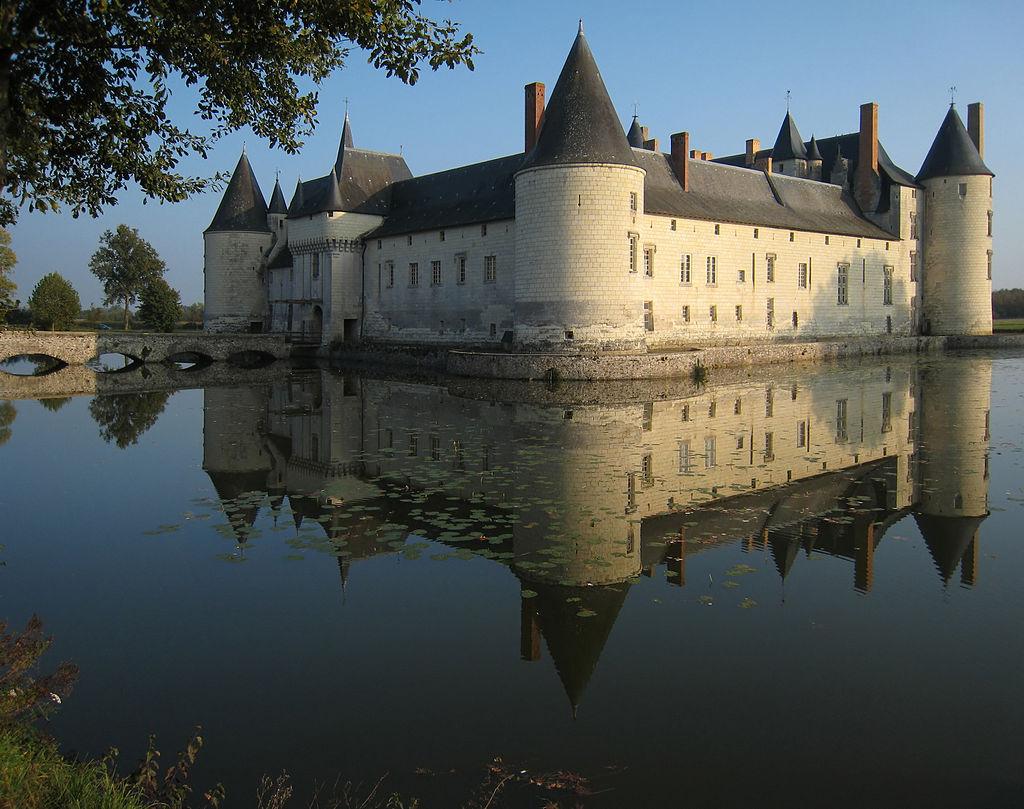 1024px-Castle_Plessis_Bourre_2007_02-denoised.jpg