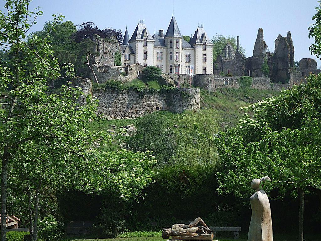 1024px-Château_de_Bressuire_02.jpg