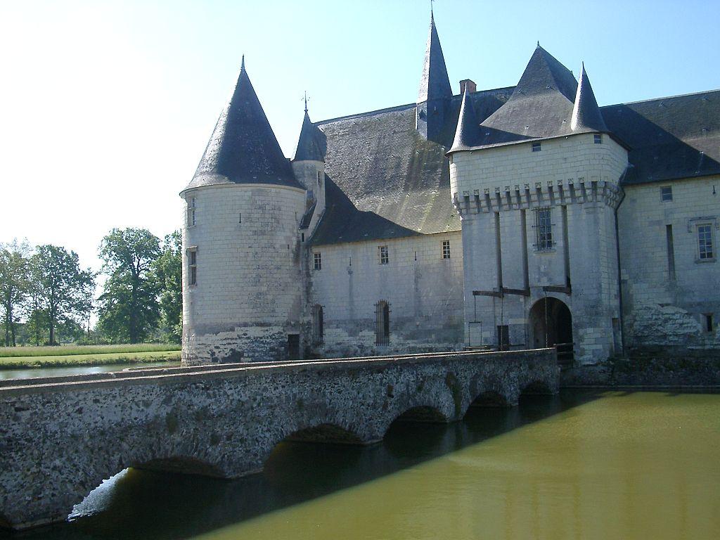 1024px-Chateau_du_Plessis-Bourre_Vue_NE_no_03_2004-05-23.JPEG