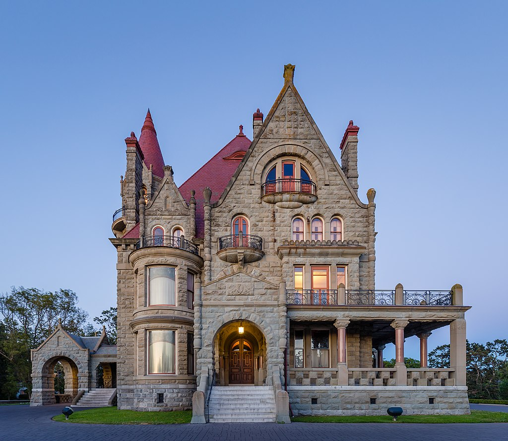 1024px-Craigdarroch_Castle_just_after_sunset_-_view_from_the_west,_Victoria,_Canada.jpg