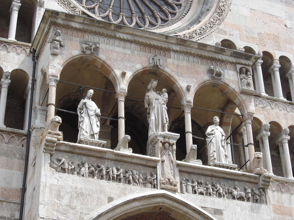1024px-Cremona-dome-facade-statues-by-Franck_Fleschner.jpg
