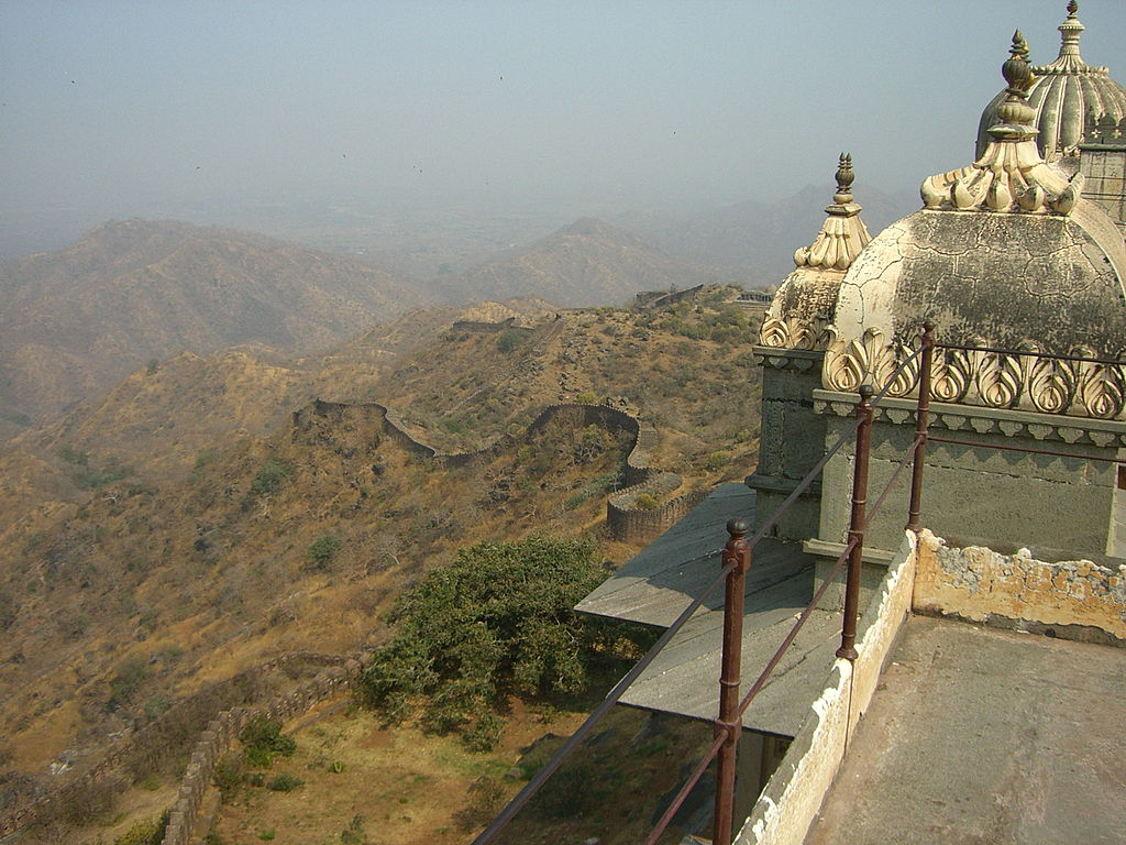 1024px-Distant_view_of_the_Kumbhalgarh_Fort_walls.jpg