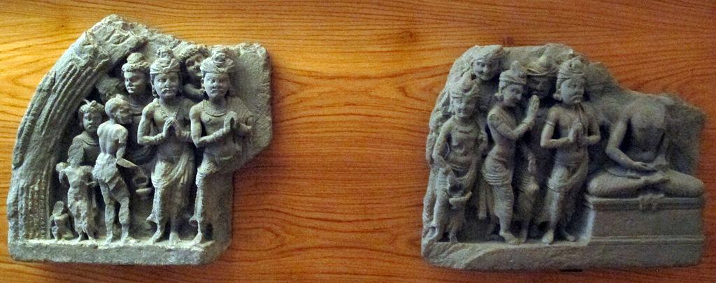 1024px-Gandhara,_frammento_di_lunetta_con_buddha,_adoratori_e_personaggi_maschili.JPG