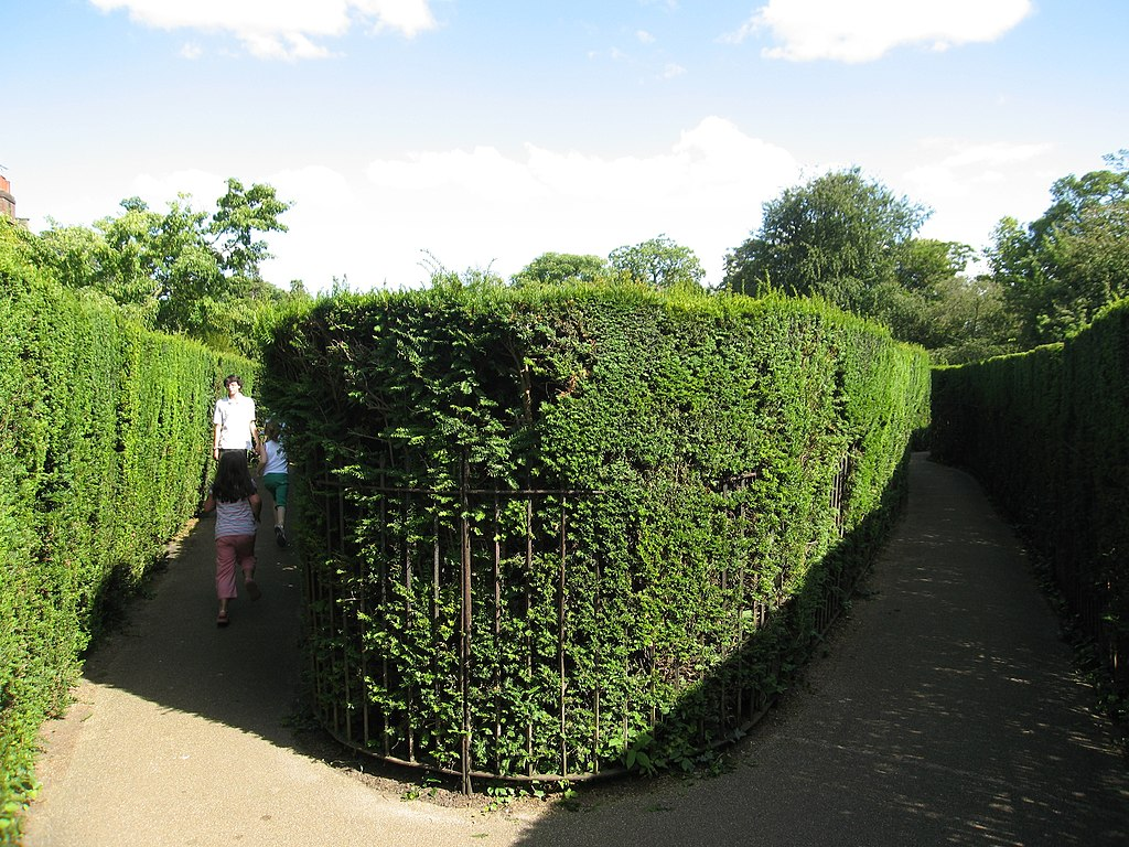 1024px-Hampton_Court_hedge_maze.jpg