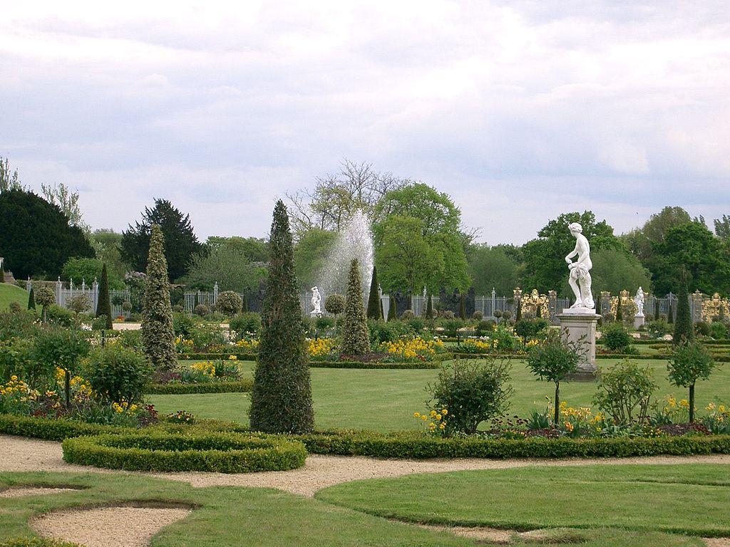 1024px-Hampton_Court_Palace_Gardens.jpg