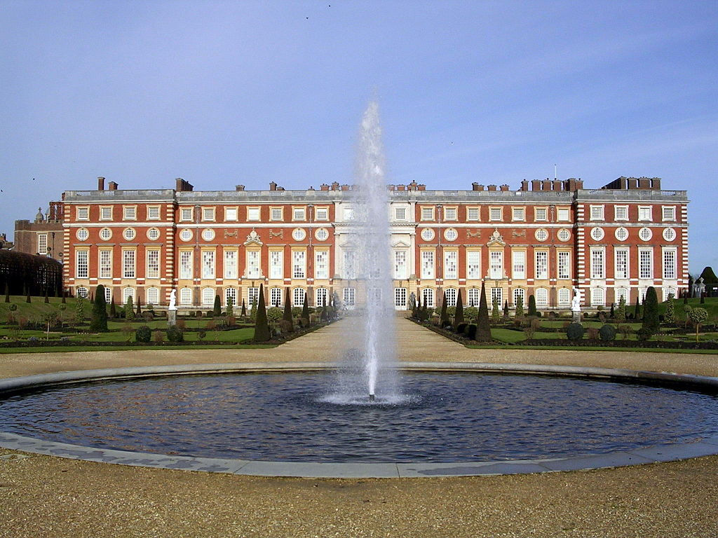 1024px-Hampton_Court_Palace_South_Facade_-_geograph.org.uk_-_1690424.jpg