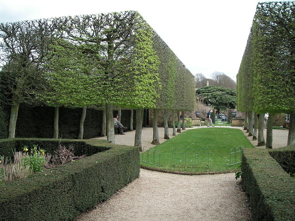 1024px-Hidcote_Manor_Garden_07.jpg