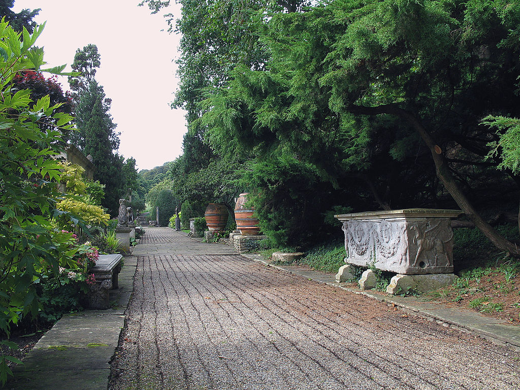 1024px-Iford_Manor_-_garden_07.jpg