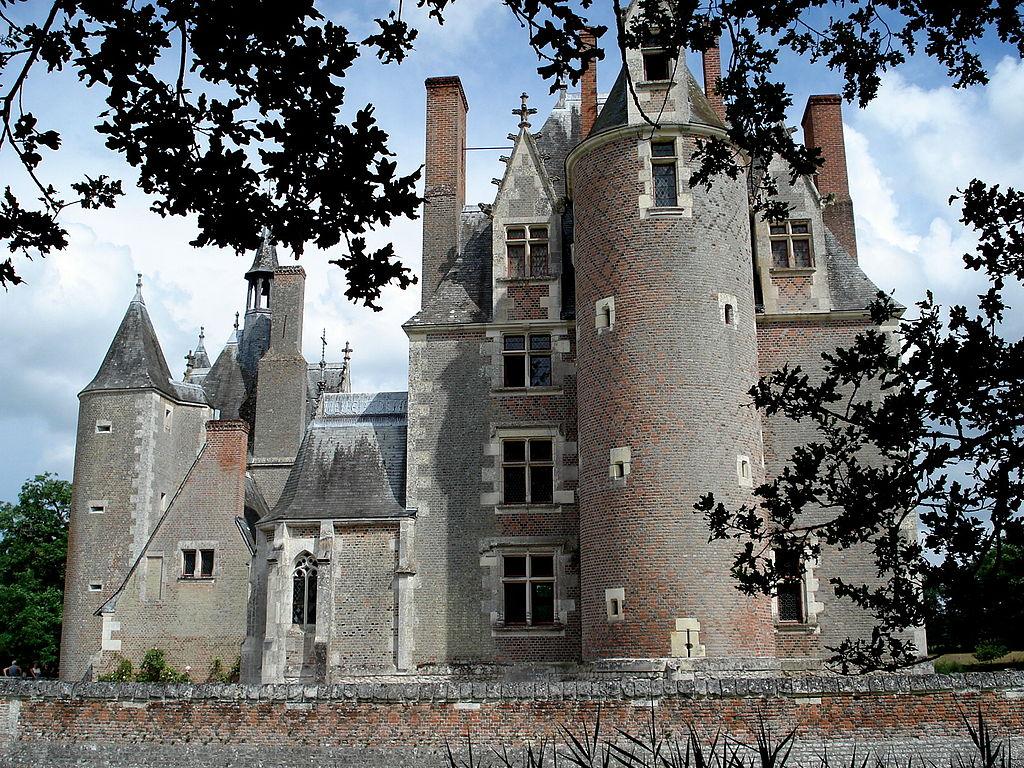 1024px-Lassay_Château_du_Moulin3.jpg