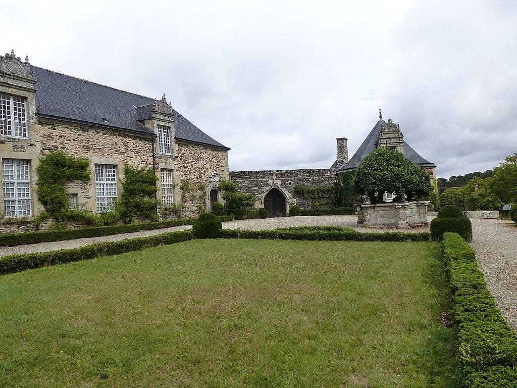 1024px-Le_chateau_de_rochefort-en-terre_-_panoramio_(1).jpg