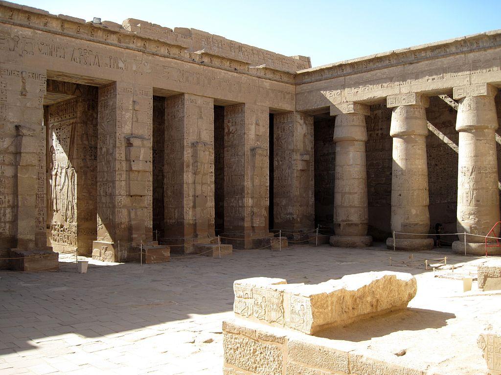 1024px-Medinet_Habu_Ramses_III._Tempel_24.JPG