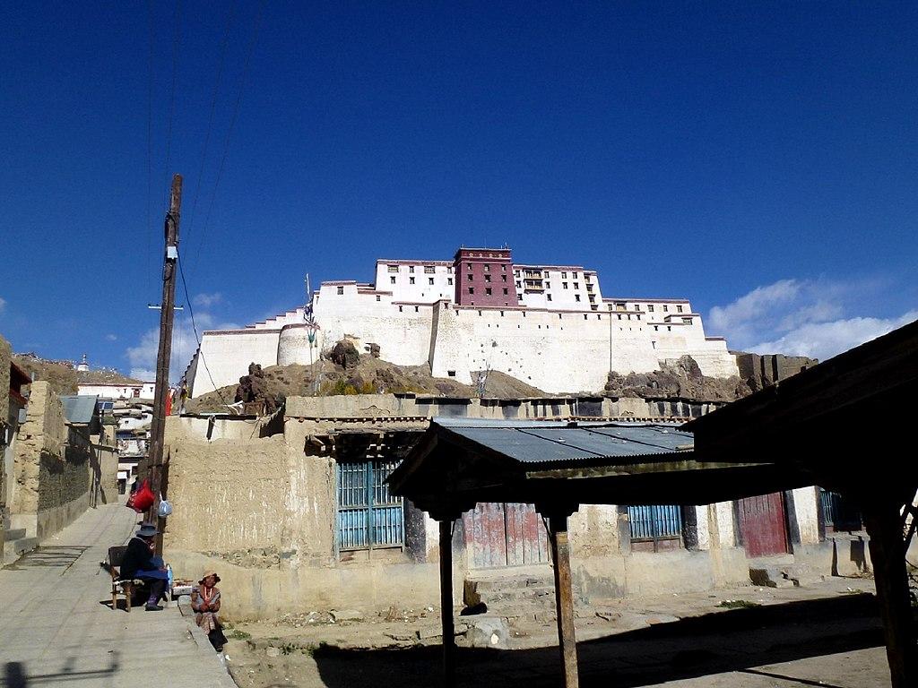 1024px-Mount_Dzong_Market_Shigatse_Tibet_China_西藏_日喀则_市场_宗山_-_panoramio.jpg