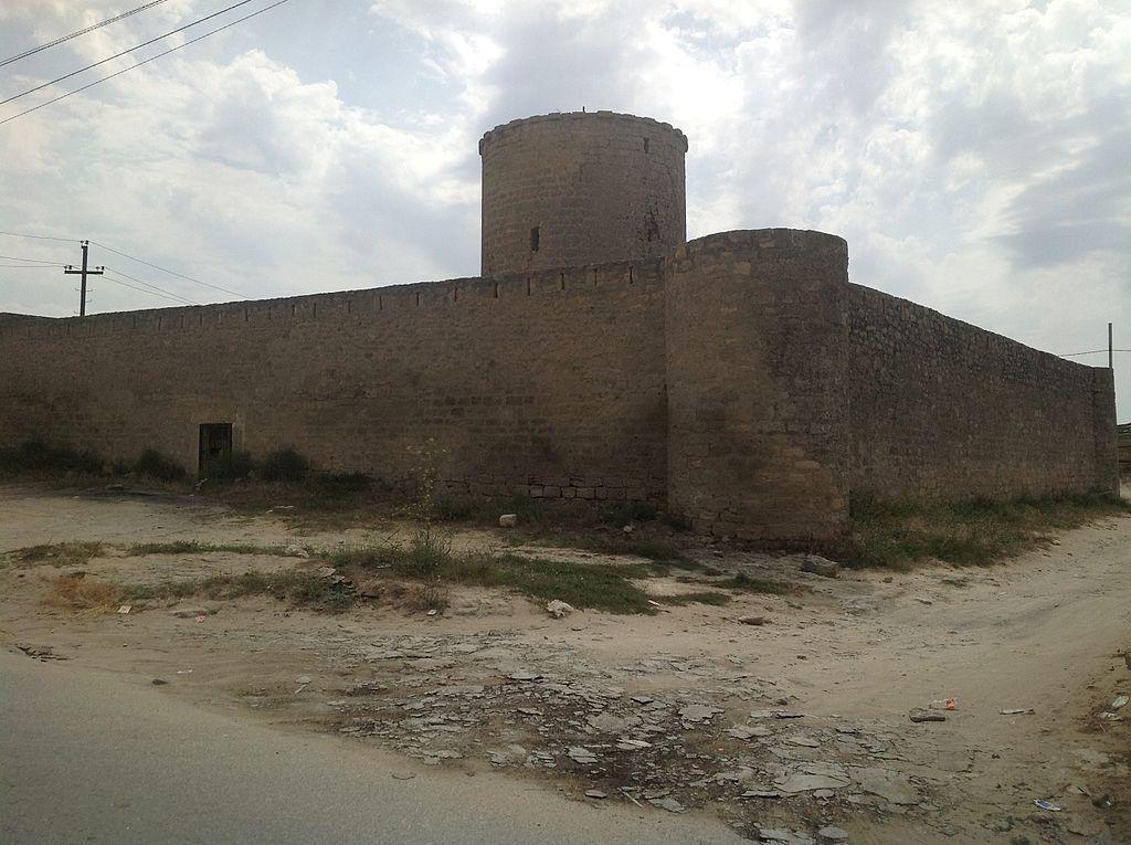 1024px-Nardaran_Fortress аз.JPG