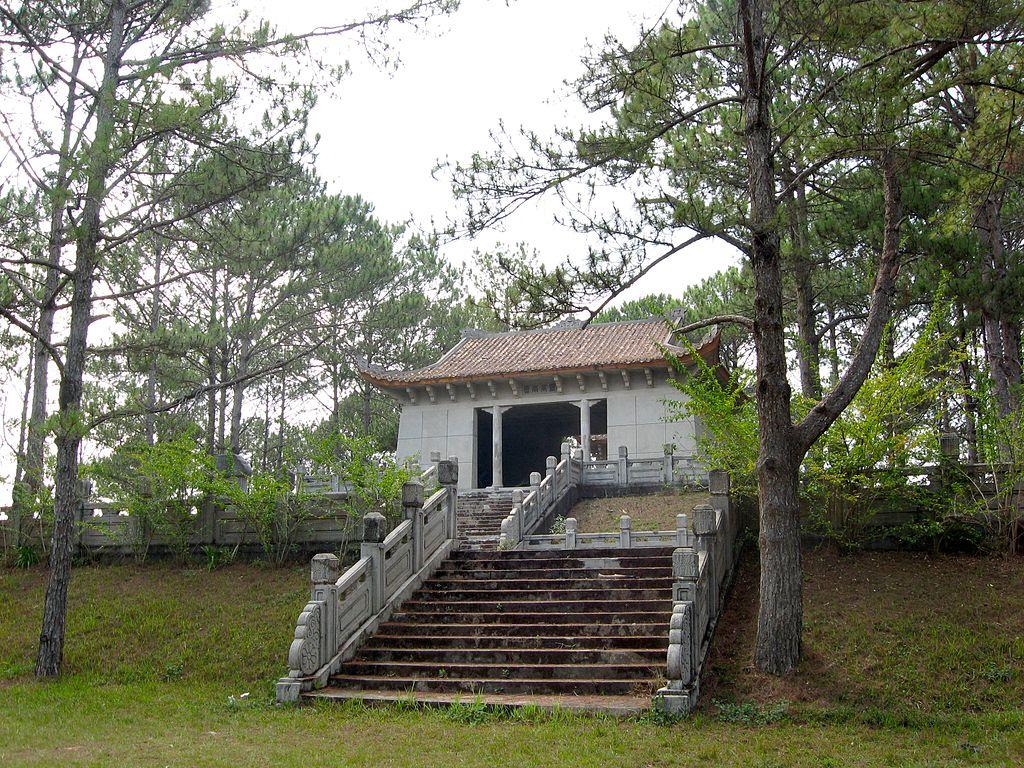 1024px-Nguyen_Huu_Hoa_Mausoleum_18.jpg