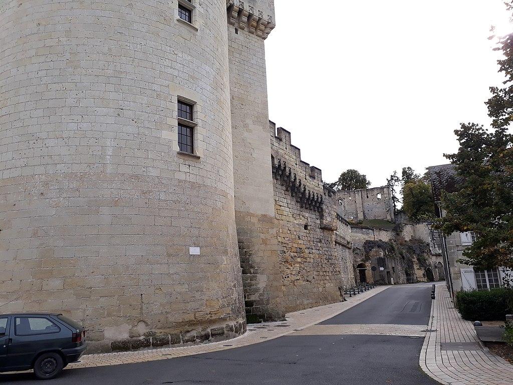 1024px-Rempart_du_Château_de_Langeais_-_Rue_Foulques_Nerra.jpg