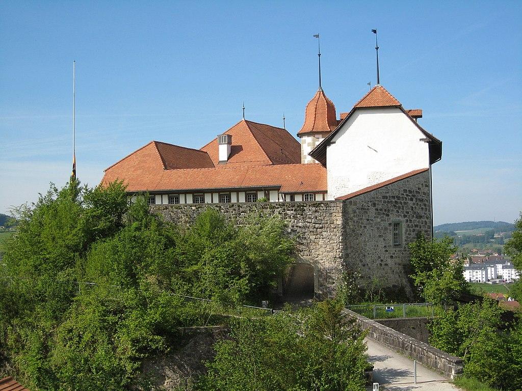 1024px-Schloss_Laupen_Nordansicht.JPG
