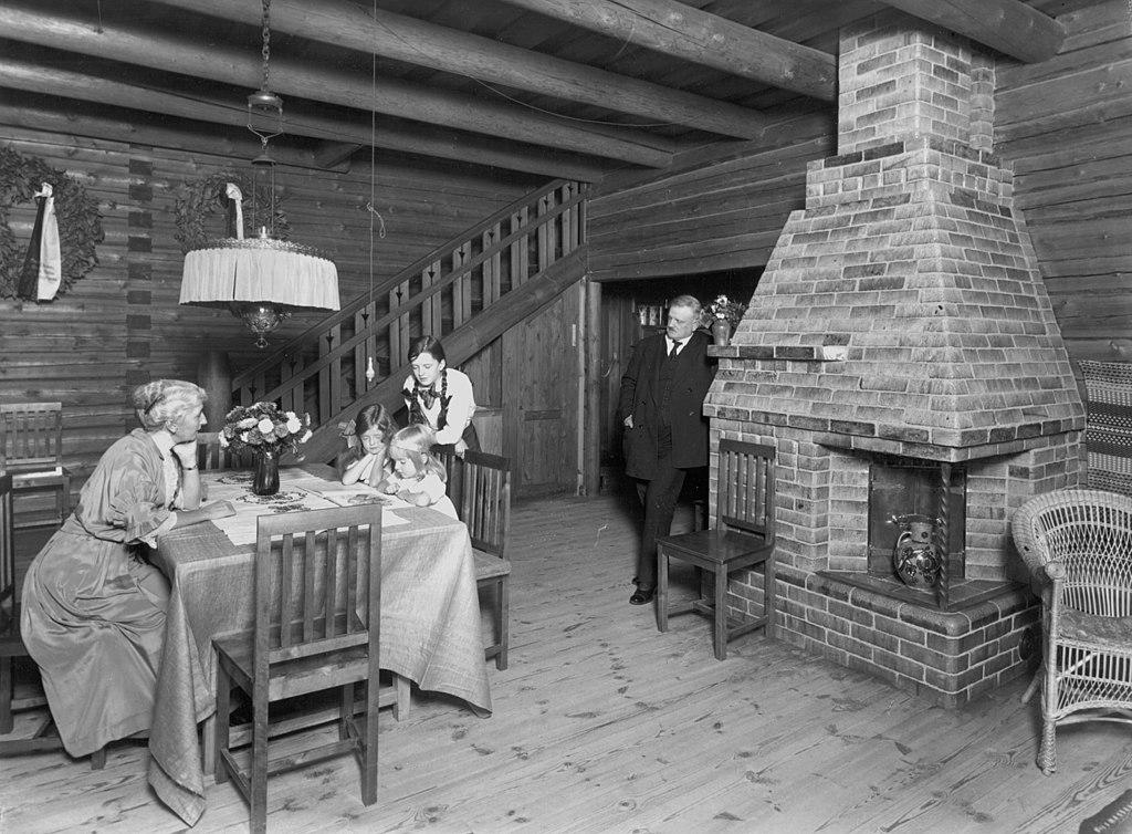 1024px-Sibelius-family-in-Ainola-1915.jpg
