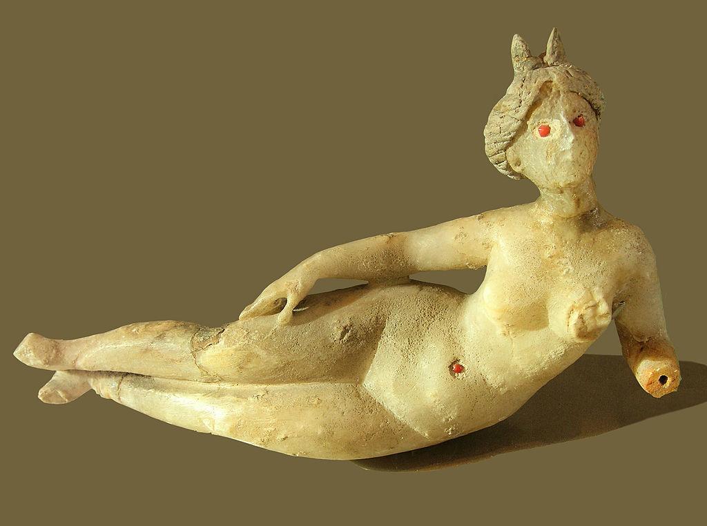 1024px-Statuette_dеesse_Louvre.jpg