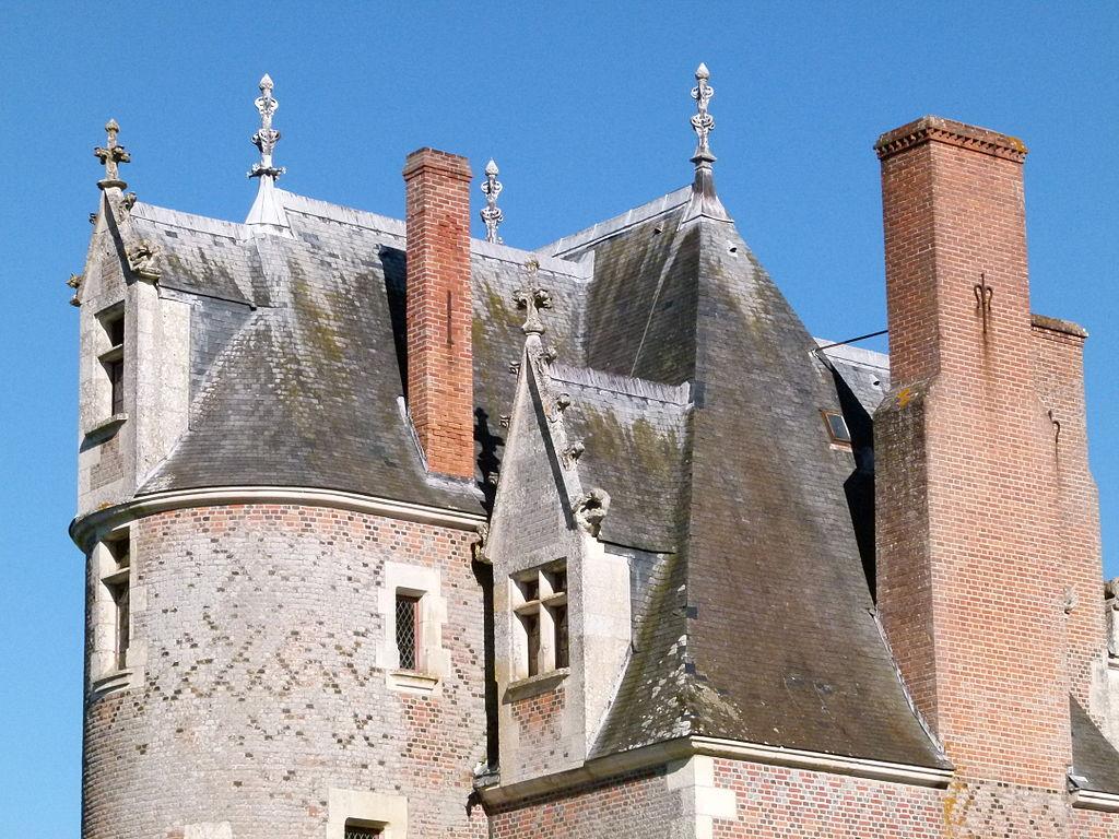 1024px-Toitures_du_château_du_Moulin_2.JPG