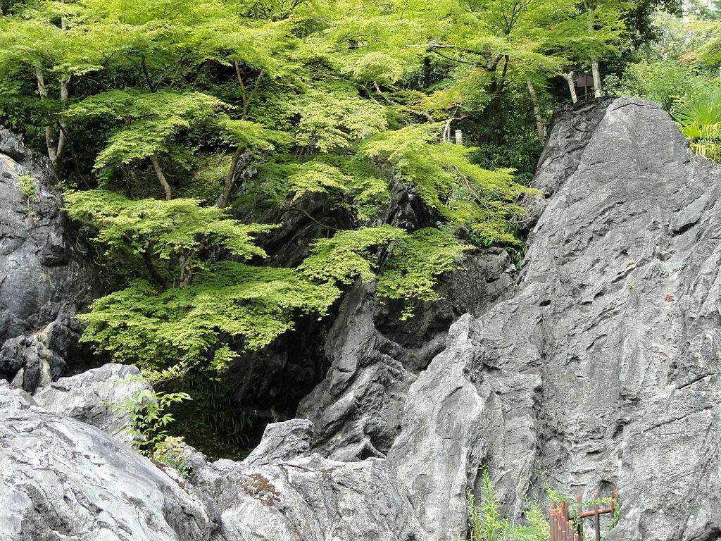 1024px-Wollastonite_-_Ishiyamadera_-_Otsu,_Shiga_-_DSC07487.JPG