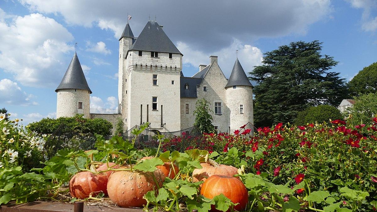 1200px-Vue_de_la_façade_du_château_du_Rivau_depuis_le_conservatoire_des_légumes.jpg