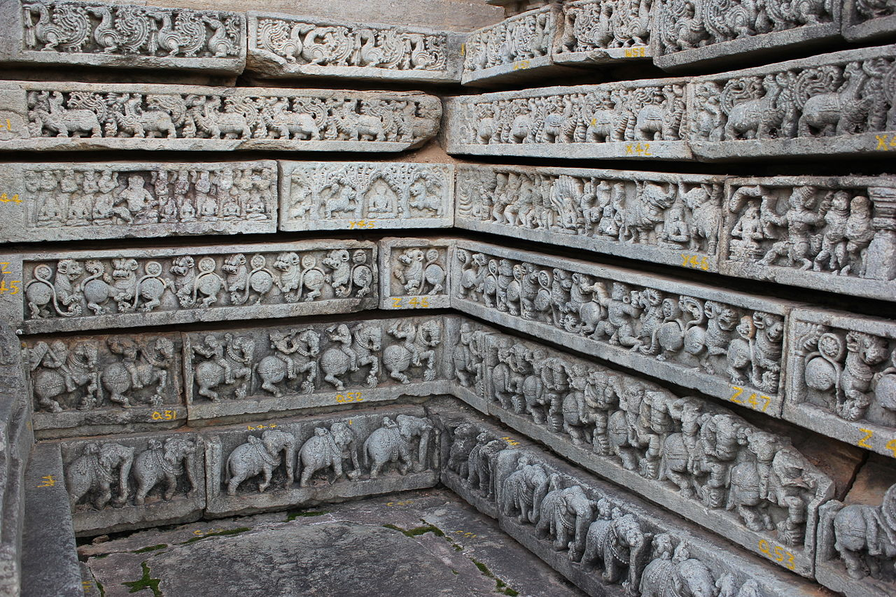 1234 чалукьяMolding_frieze_articulation_on_outer_wall_in_the_Mallikarjuna_temple_at_Basaralu.JPG