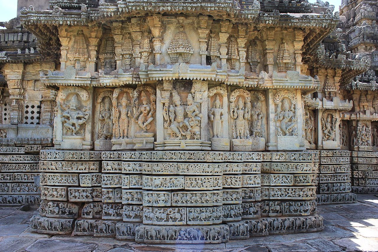 1234 чалукьяWall_panel_relief_carvings_in_Mallikarjuna_temple_at_Basaralu,_Mandya_district.jpg