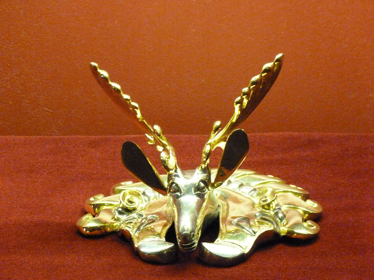 1280px-1._Deer_in_Griffin\'s_beak,_burial_mound_Berel_(IV-III._B.C.)_Kazakstan.JPG
