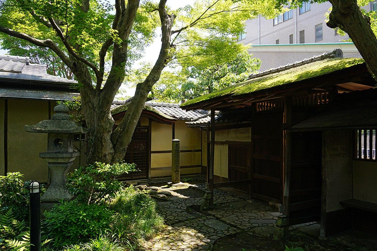 1280px-150521_Rokasensuisou_Otsu_Shiga_pref_Japan34n.jpg