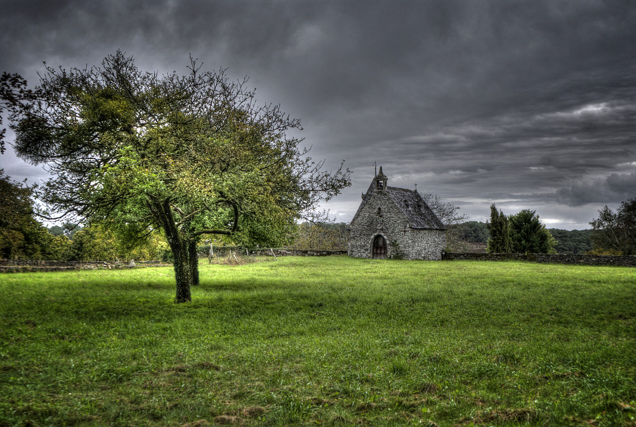 1280px-2-_Chapelle_du_chateau_de_Rochefort_en_Terre.jpg