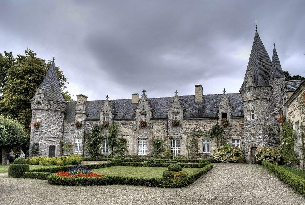 1280px-3-_facade_chateau_de_Rochefort_en_Terre.jpg