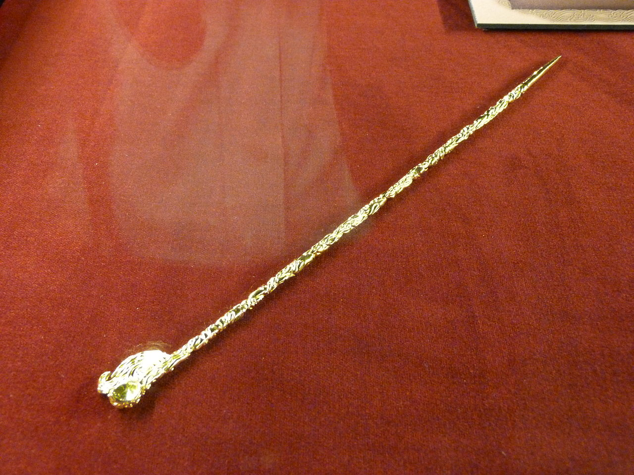 1280px-7._Hairpin_with_spoon-like_top_burial_mound_Arzlan_(VIII.-VII._B.C.)_Tuva.JPG
